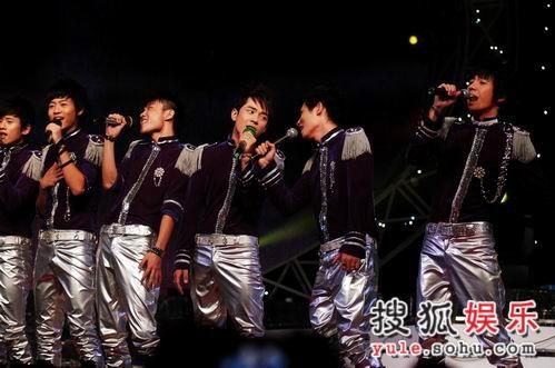 图:快男13强齐齐亮相终极对决舞台-3