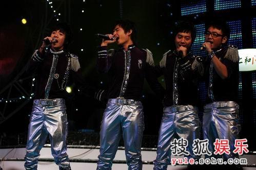 图:快男13强齐齐亮相终极对决舞台-2