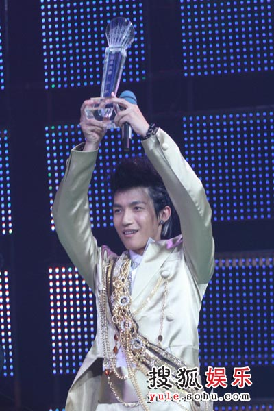 图:陈楚生激动举起奖杯-2