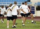 图文:[亚洲杯]澳洲备战日本 双人传球练习