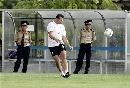 图文:[亚洲杯]澳洲备战日本 维杜卡起脚传球
