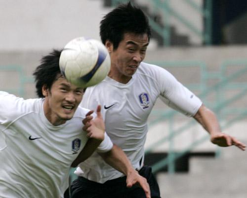 图文:[亚洲杯]韩国备战伊朗 李东国奋力争顶