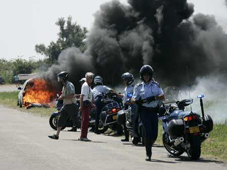 图文:环法自行车赛12赛段 警察紧急救护自燃车