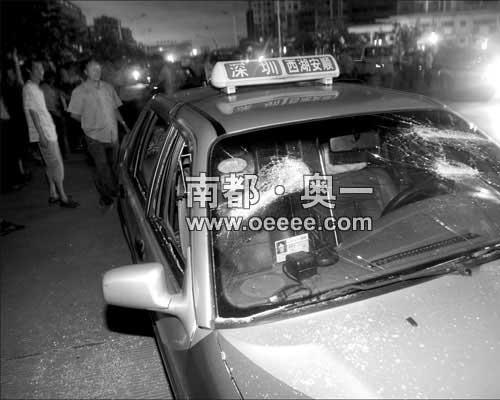 多辆的士玻璃被打烂,司机们聚集在小区门前不愿离去。黄宇实习生霍健斌摄
