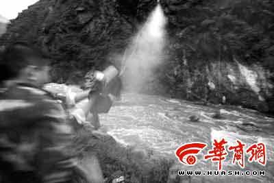 昨晚8时03分,救援人员将带有绳索的救援抛投器发射到河对岸