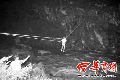 晚9时28分,流浪汉被救援人员拉向河岸