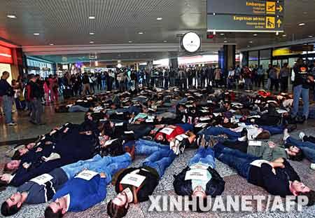 塔姆航空公司客机失事遇难者的亲友在候机厅举行抗议活动