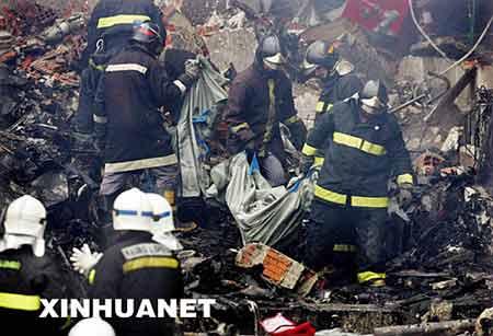资料图片:7月18日,救援人员在巴西圣保罗孔戈尼亚斯机场的飞机失事现场搜寻遇难者尸体。