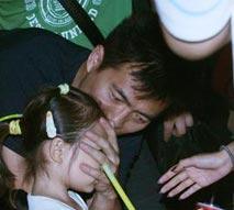 组图:黄健翔捂女儿脸抢镜头