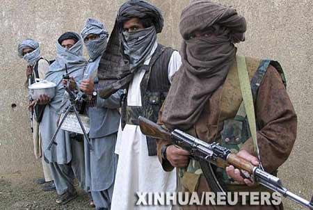 2月3日,阿富汗塔利班游击队员在阿东部的秘密基地展示武器。 新华社/路透