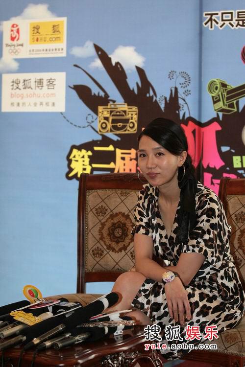 阿朵接受搜狐专访 穿妖冶豹纹裙装亮相博客大会