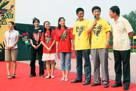 图文:奥运家庭欢聚博客大会 现场接受采访