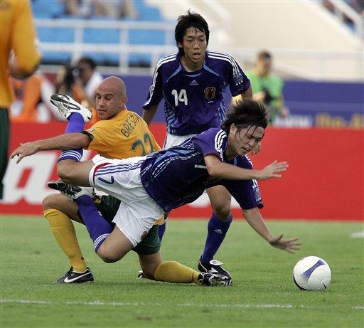 图文:[亚洲杯]日本VS澳大利亚 远藤保仁倒地