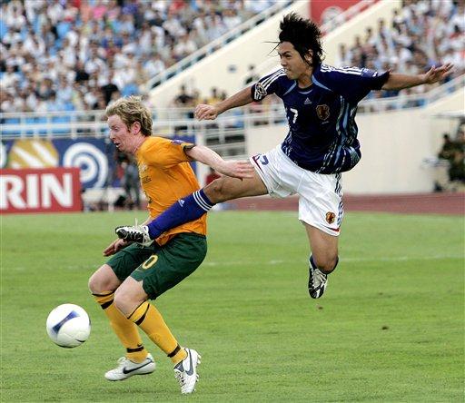 图文:[亚洲杯]日本VS澳大利亚 远藤保仁飞脚