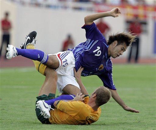 图文:[亚洲杯]日本VS澳大利亚 高原直泰被放倒