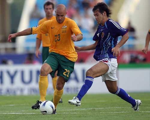 图文:[亚洲杯]日本VS澳洲 布雷西亚诺突破