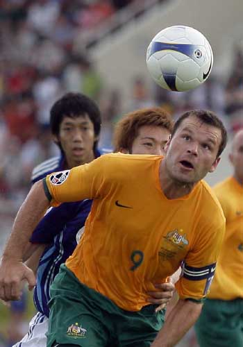 图文:[亚洲杯]日本VS澳洲 维杜卡步履维艰