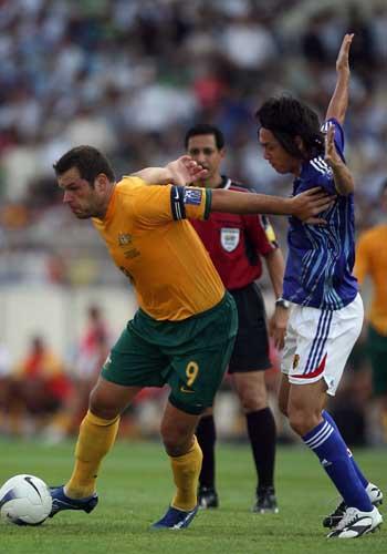 图文:[亚洲杯]日本VS澳洲 维杜卡突破