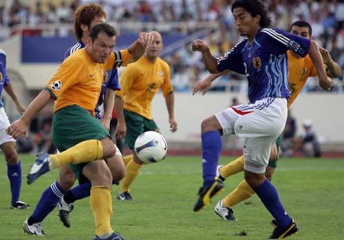 图文:[亚洲杯]日本VS澳洲 维杜卡起脚抽射