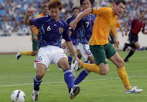 图文:[亚洲杯]日本VS澳洲 阿部勇树控球出色