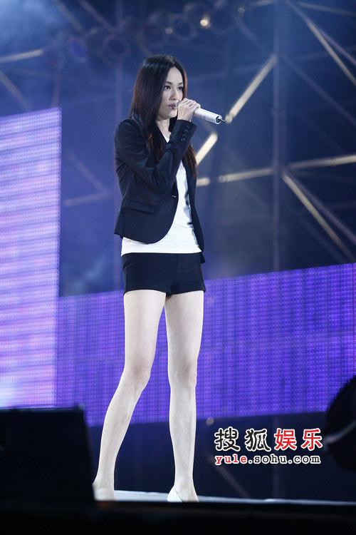 组图:第二届搜狐博客大会瞿颖献唱《加速度》