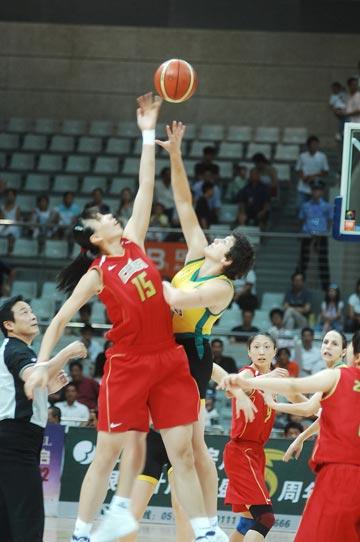 图文:女篮负澳大利亚 比赛开场跳球