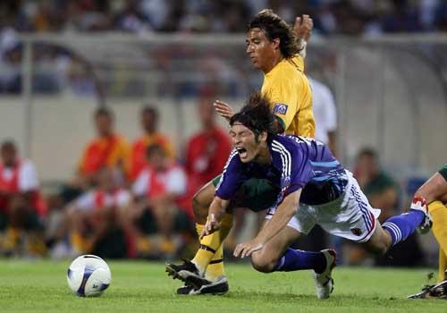 图文:[亚洲杯]日本5-4澳洲 卡尔拉人犯规
