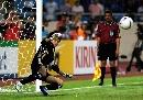 图文:[亚洲杯]日本5-4澳大利亚 守门员奋力扑球