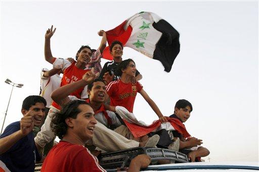 图文;[亚洲杯]伊拉克2-0越南 球迷车顶庆祝