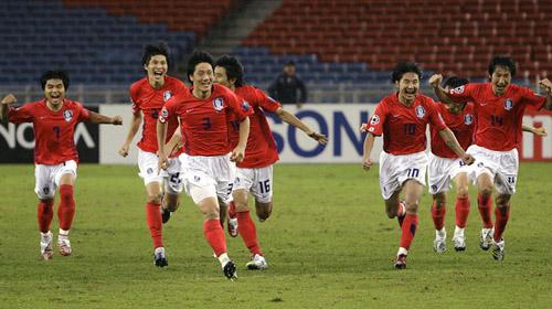 图文:[亚洲杯]韩国4-2(点)伊朗 奔向队友庆祝