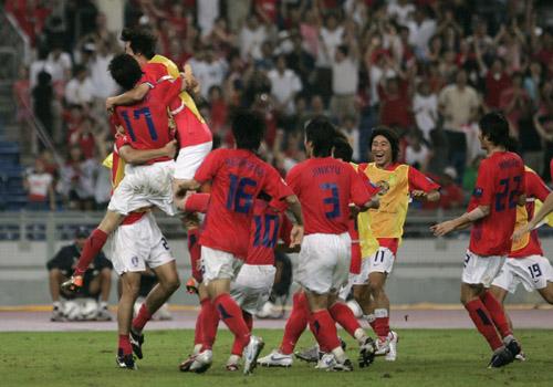 图文:[亚洲杯]韩国4-2(点)伊朗 韩国队庆祝胜利