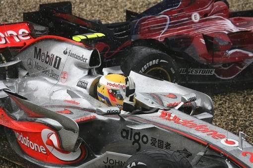 图文:[F1]欧洲站决赛 汉密尔顿冲出赛道