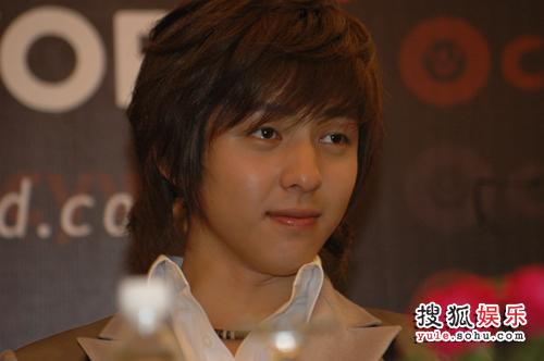 SJ上海行: 记者会-看到基范就回到青春时