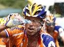 图文:环法第14赛段 选手饮用水降温