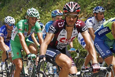 图文: 环法第14赛段 布南(着绿衫者)在骑行