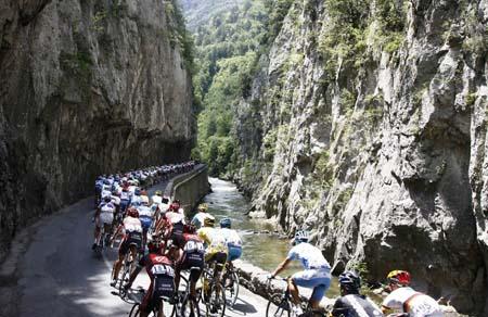 图文: 环法第14赛段 车手们穿越幽深的山谷