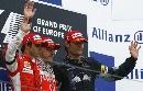 图文:[F1]阿隆索获欧洲站冠军 挥手致意