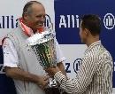 图文:[F1]阿隆索获欧洲站冠军 舒马赫亲自颁奖