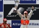 图文:[F1]阿隆索获欧洲站冠军 高举冠军奖杯