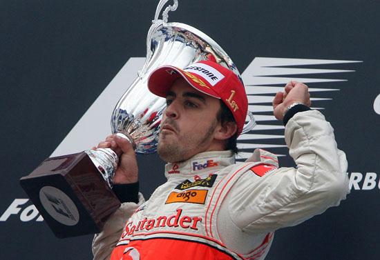 图文:[F1]阿隆索获欧洲站冠军 振臂庆祝胜利