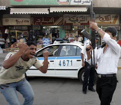 国家队晋级亚洲杯足球赛四强,巴格达街头一片狂欢。