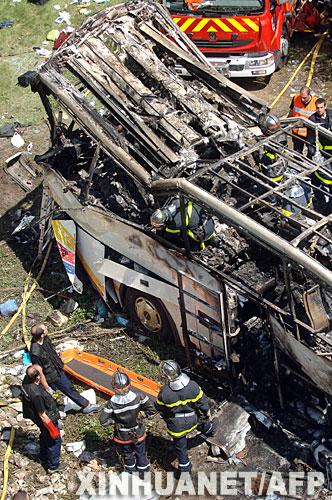7月22日,救援人员在法国东部城市格勒诺布尔附近查看车祸中被毁的车辆。