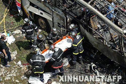 7月22日,在法国东部城市格勒诺布尔附近发生车祸的现场,救援人员抬出一具遇难者的尸体。