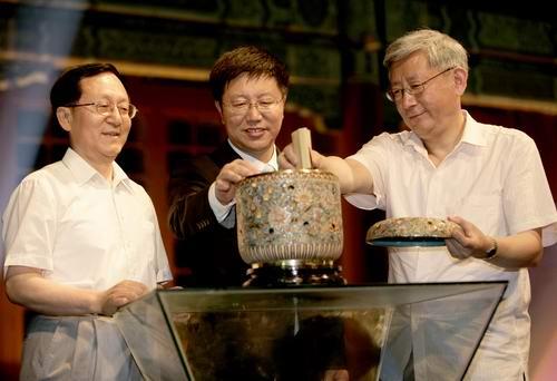 发言嘉宾封存演讲稿--当天所有演讲稿封存后被赠予北京大学图书馆收藏,并计划一百年后开启。张晓军(中)、洪昭光(左)、曹景行(右)