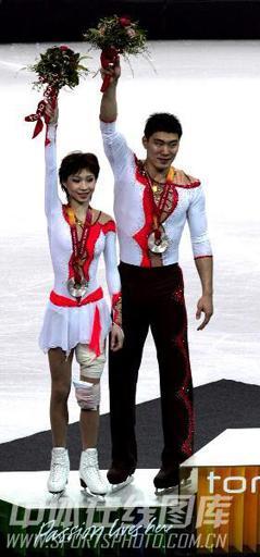 06年都灵张丹/张昊感动中国 在领奖台上示意