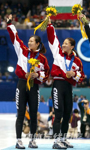 杨扬实现中国冬奥金牌零突破 与队友庆祝夺冠