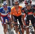 图文:环法自行车赛15赛段 三名车手拉不开距离