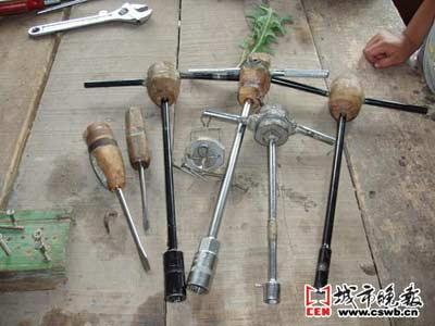 """赵立伟""""发明""""的工具 彭丹/摄"""