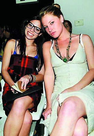 美国休闲领导品牌之一Tommy Hilfiger十几岁女儿艾利(左)在电视上教大家穿衣打扮,这也刺激了其他富家子弟的享受欲望。