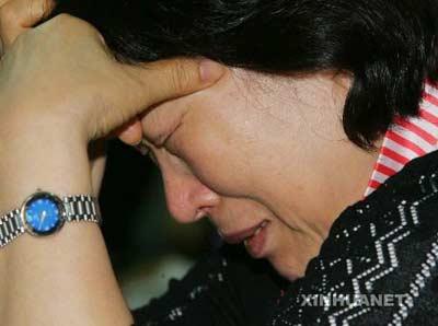 7月23日,在韩国首都首尔,一名在阿富汗被绑架的韩国人质的家属焦急等待谈判消息。塔利班发言人23日晚说,塔利班决定将原定当晚处死23名韩国人质的最后期限再延迟24小时。新华社发